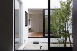 Beautiful courtyard with pebbles for a natural flooring look  16 Minimal Courtyards with Just a Hint of Nature Beautiful courtyard with pebbles for a natural flooring look