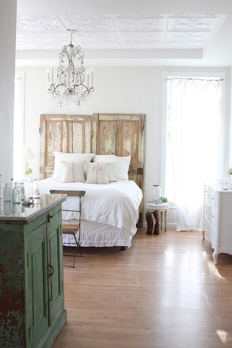 Bedroom epitomizes the original shabby chic style eloquently [From: Dreamy Whites]