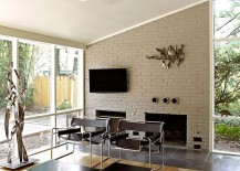 Cheerful and trendy Midcentury modern living room [Design: KUBE architecture]