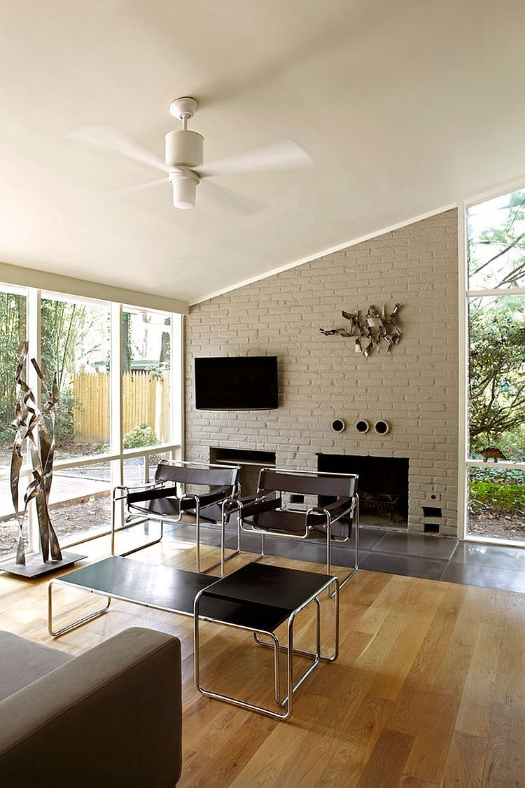 Cheerful and trendy Midcentury modern living room [Design: KUBE architecture]