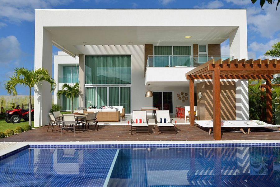 Color of the pool tiles gives the exterior a vivacious zest