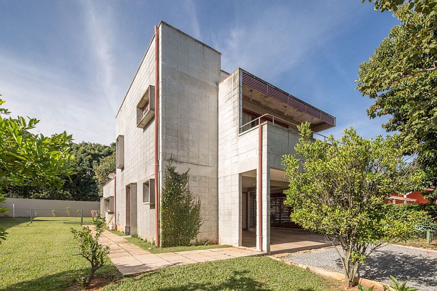 Concrete blocks replace wood at Casa SMPW Casa SMPW: Affordable Brazilian Home in Concrete, Metal and Glass
