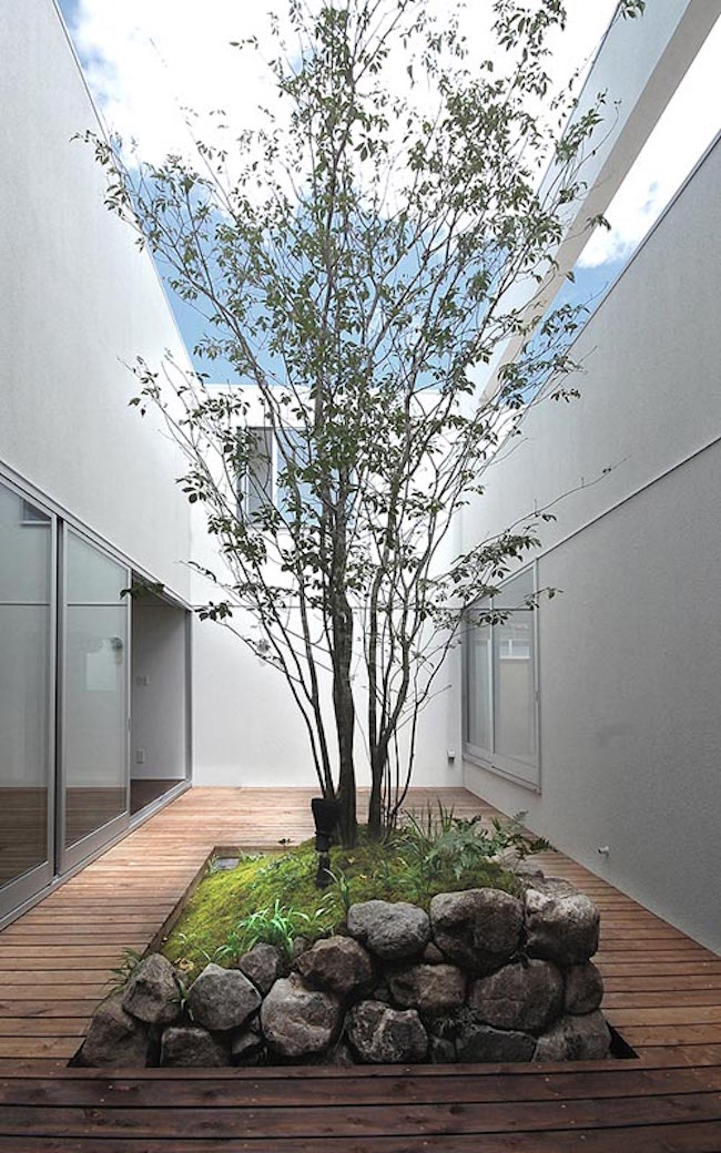 16 minimal courtyards with just a hint of nature for Courtyard stone landscape