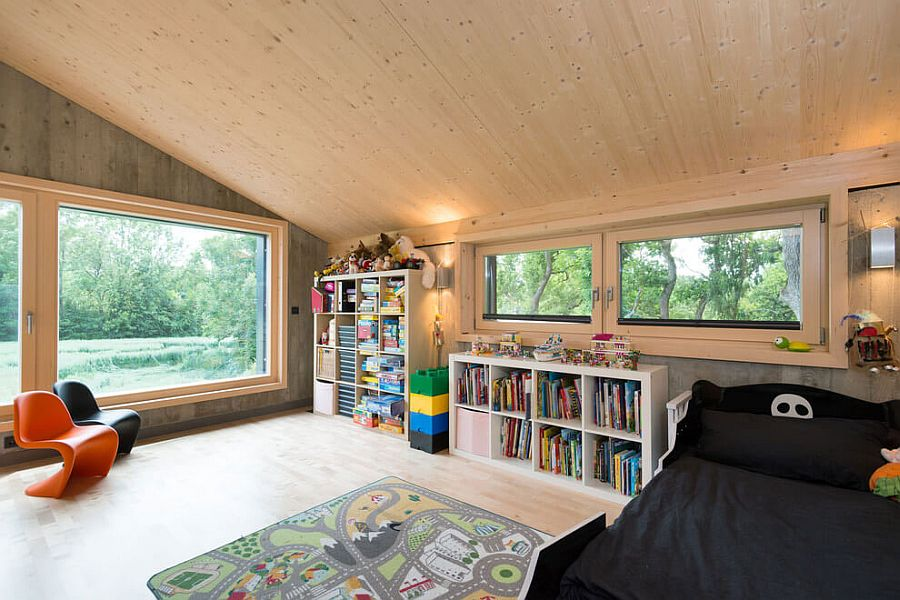 Kids'bedroom with slanted ceiling and a snug Scandinavian look