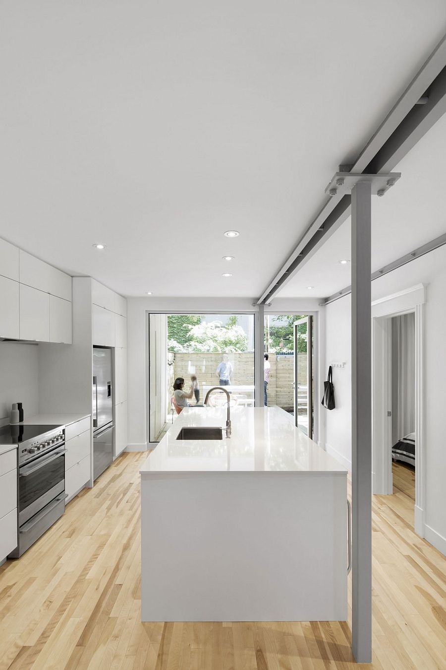 Kitchen in white connected with the exterior