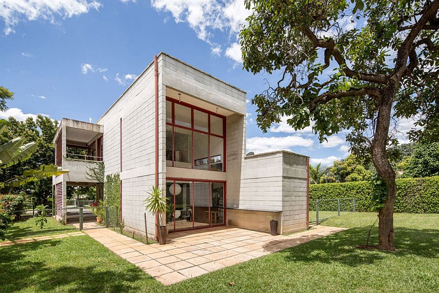 Metal, glass and concrete define the structure of affordable Brazilian home