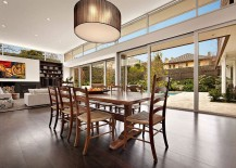 Neutral-color-palette-of-the-interior-allows-the-homeowner-to-showcase-his-brilliant-art-collection-217x155