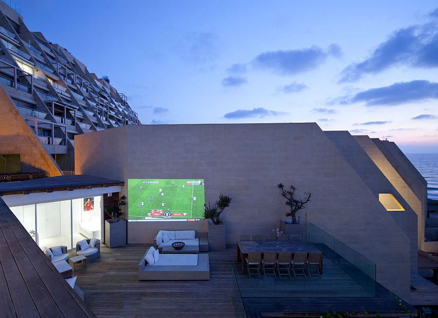 Outdoor movie night on the deck for the contemporary, urban apartment [Design: Gerstner]
