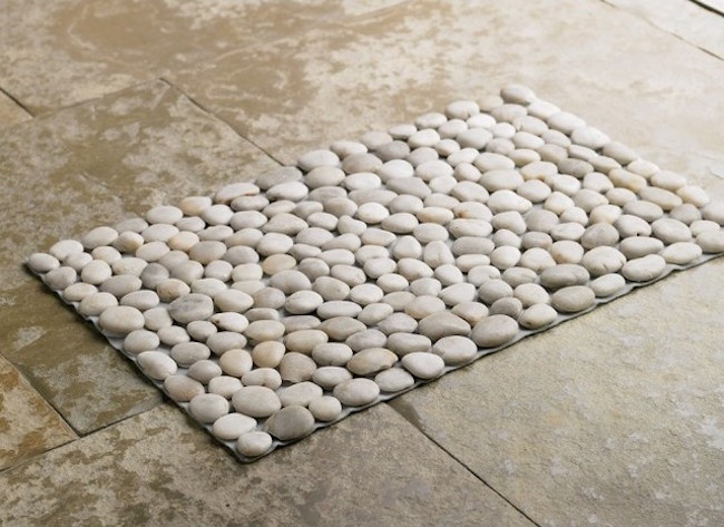 Pebble bath mat with light colored pebbles