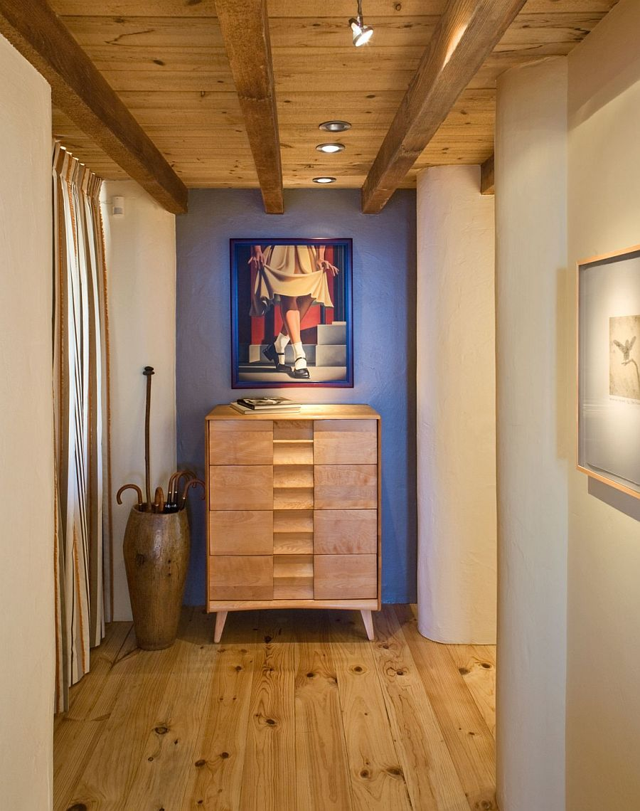 Weekedn cabin with interesting wall art and classy decor