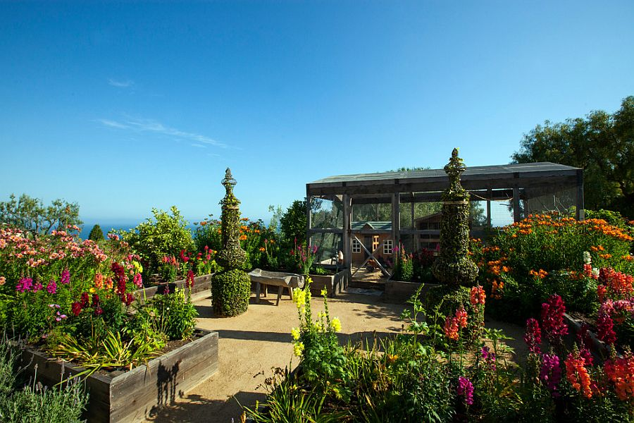 A relaxing retreat for those who love ocean views, greenery and topiary
