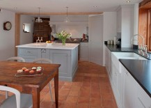 Beautiful-English-Country-kitchen-with-terracotta-floor-tiles-217x155