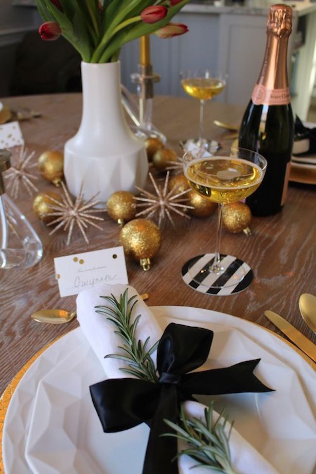 20 chic holiday decorating ideas with a black gold and white color scheme - Table nouvel an deco ...