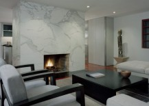 Modern living room with a sleek marble fireplace 217x155 10 Rooms Showcasing the Beauty of a Marble Fireplace