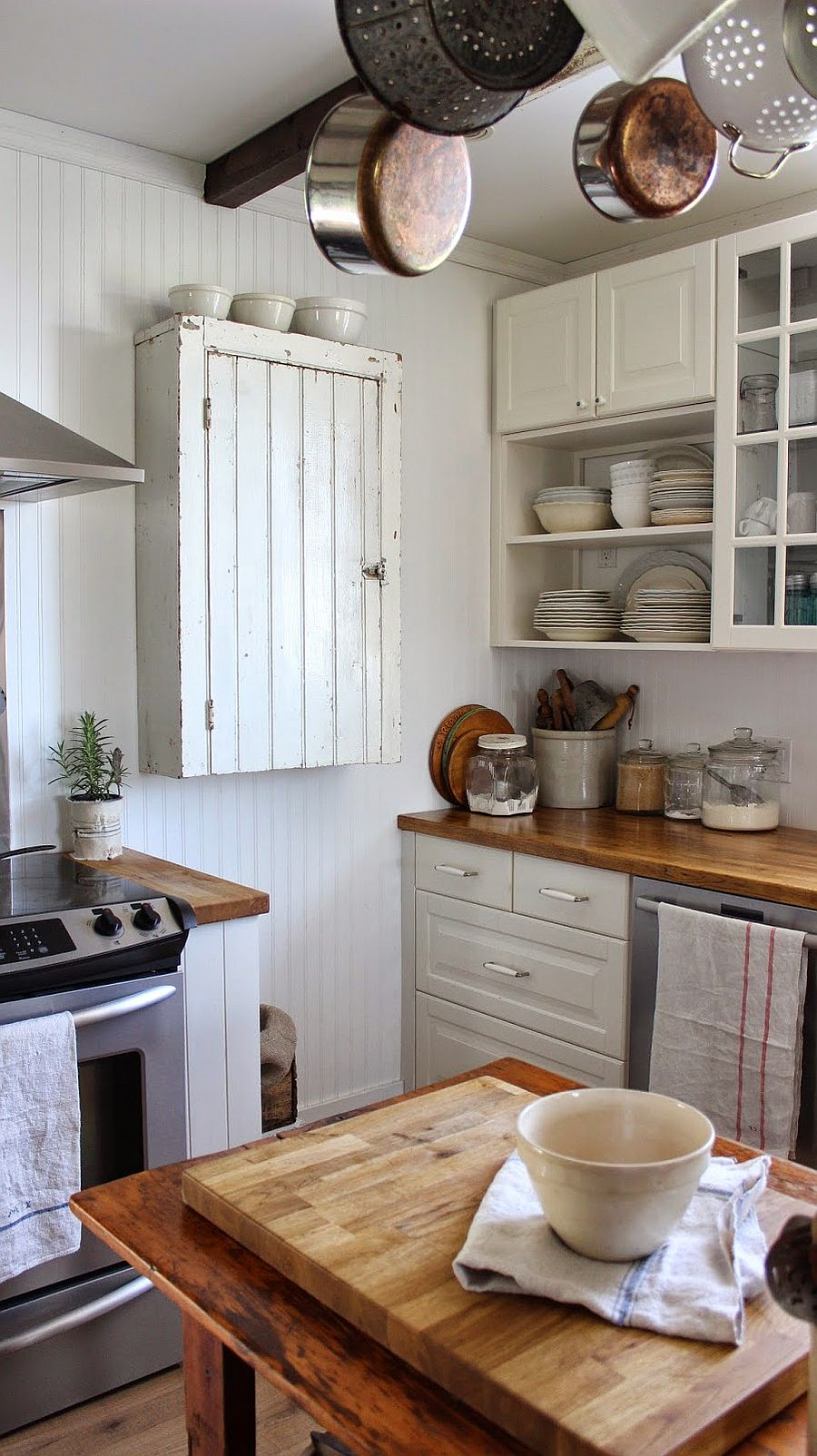 Simple and elegant way to utilize the corner space in kitchen