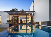 Brilliant-design-of-the-captivating-rear-yard-of-contemporary-home-in-Austin-217x155