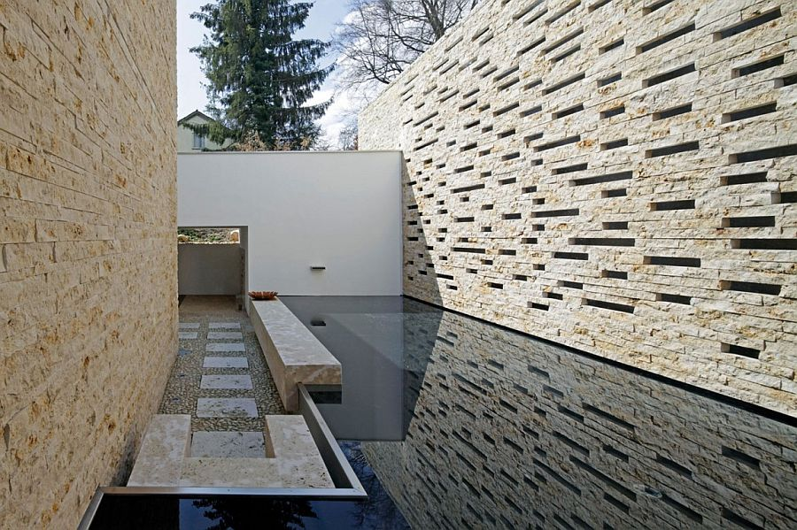 Entrance of the contemporary home with water feature