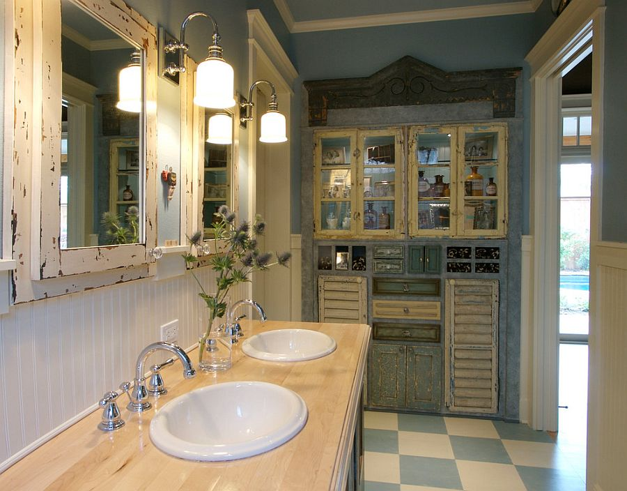 Traditional sconce lighting for the shabby chic bathroom [Design: Bella Vista Company]