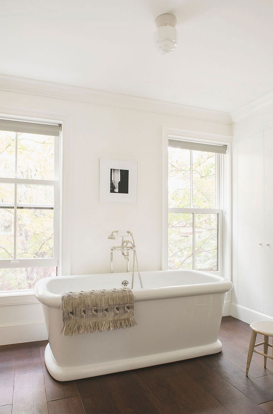 Bathtub in white creates a relaxing, all-white bathroom