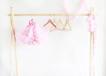 DIY clothing rack from A Bubbly Life 217x155 10 Trendy DIY Projects to Try in 2016