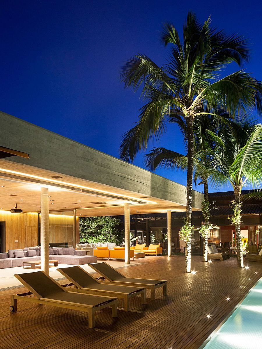 Poolside seating that is simple and elegant