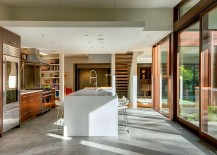 Eat-in central kitchen island