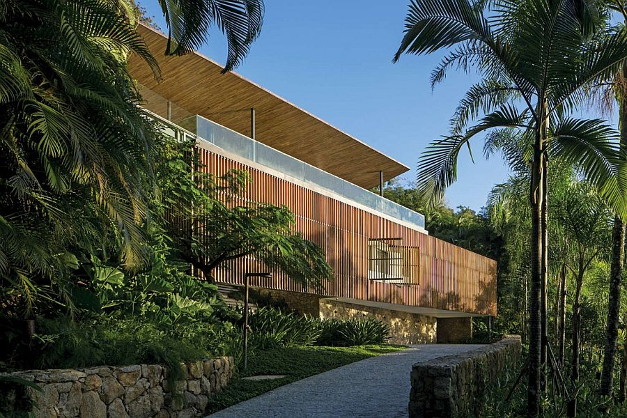 Gorgeous Delta House in Guarujá Brazil Overooking the Ocean: Scintillating Veranda Shapes Tranquil Family Retreat
