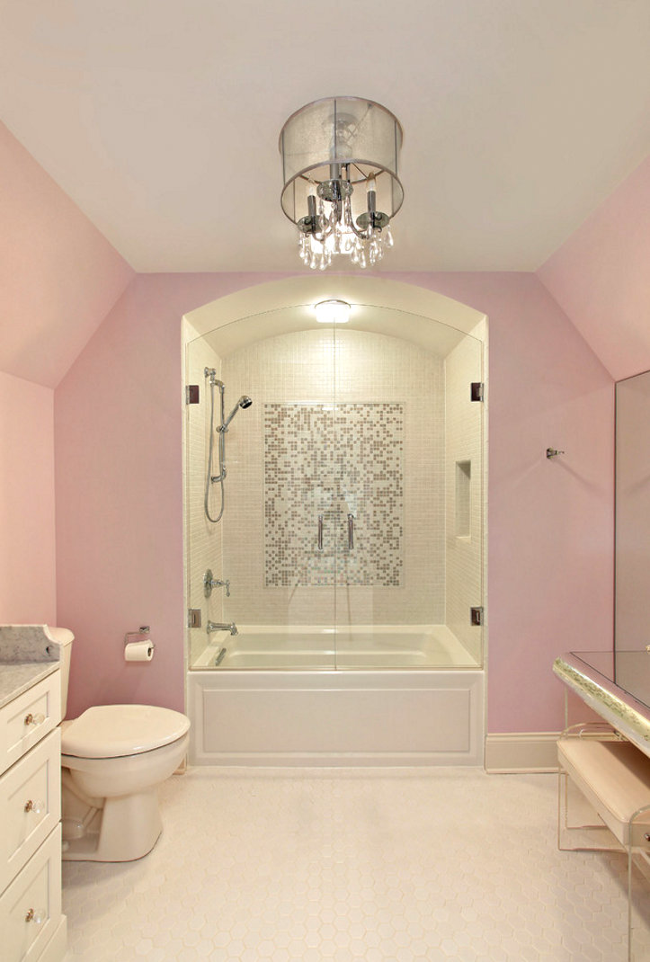 Light pink walls in an elegant bathroom