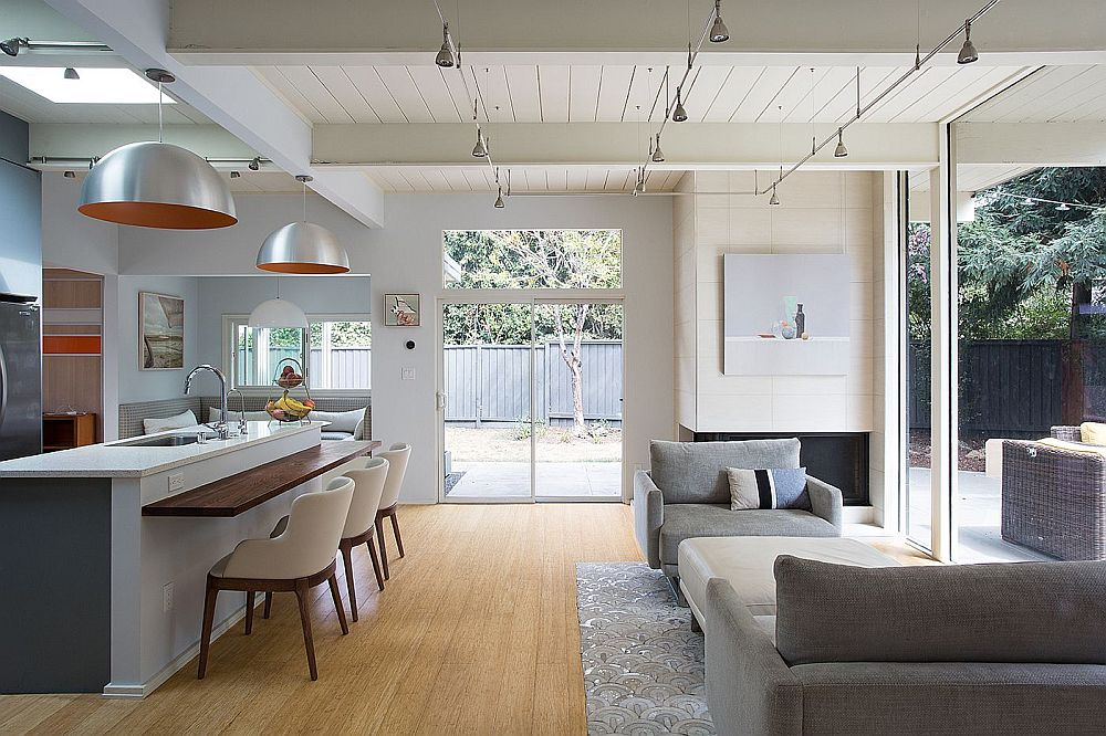 Living area of the Palo Alto house with an indoor-outdoor design