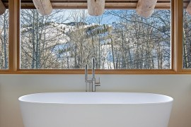 Minimal and rustic styles rolled into one 270x180 Framed to Perfection: 15 Bathrooms with Majestic Mountain Views