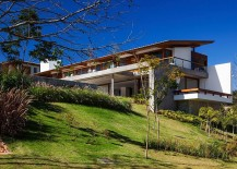 Expansive Holiday Home Unites Stone, Concrete and Timber in Style