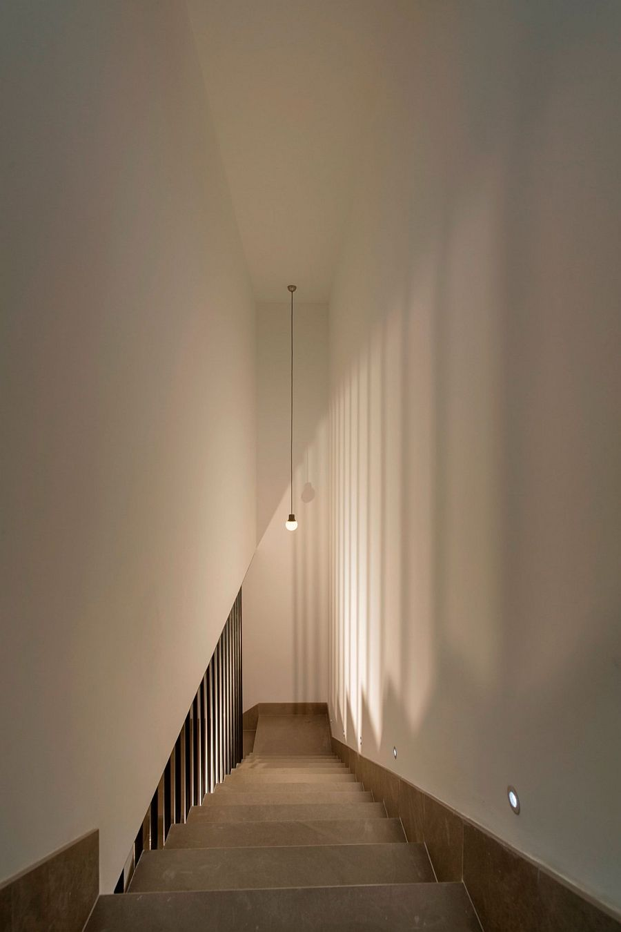 Modern minimal staircase lighting idea