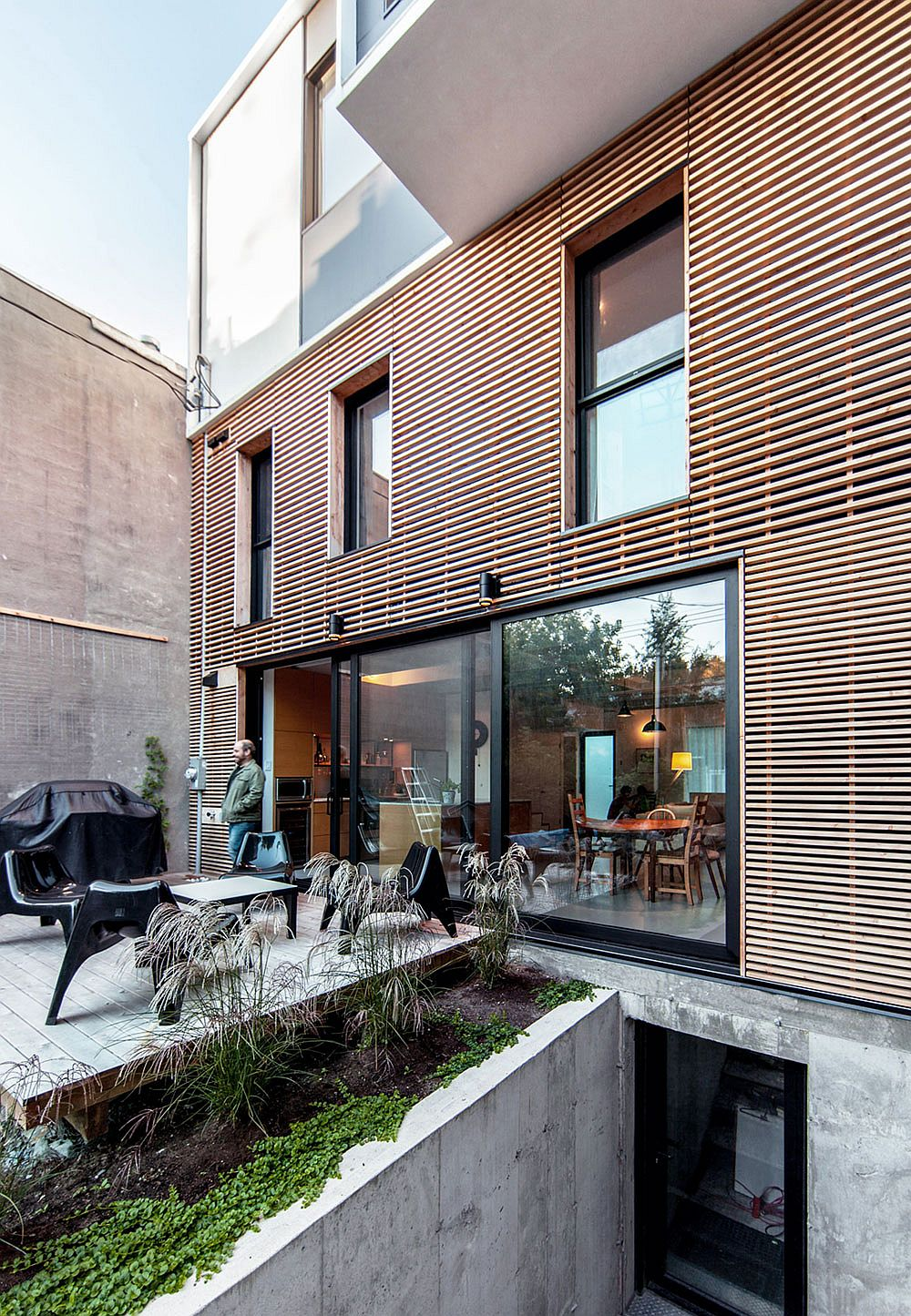 Smart extension of a twin rooftop in montreal thomas for Home renovation montreal