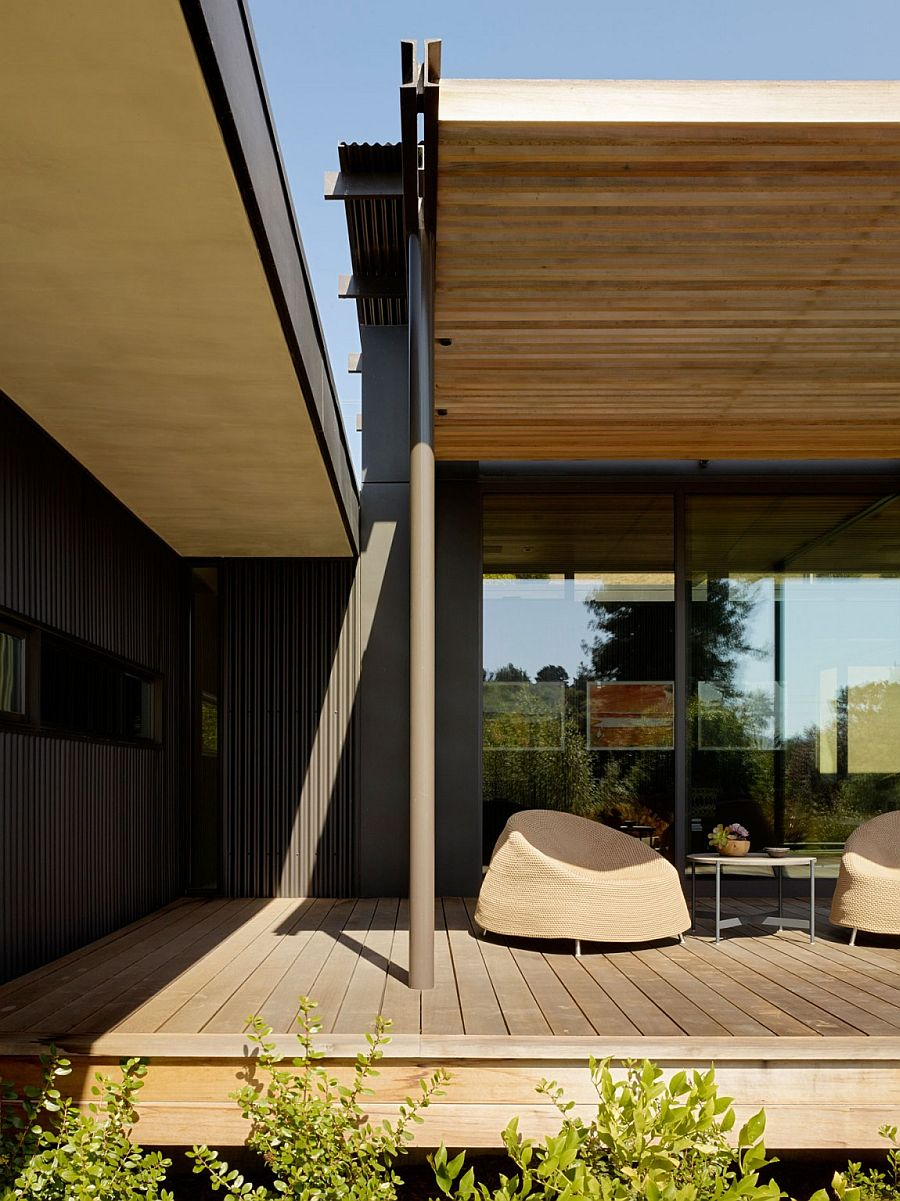 Smart design of the courtyard home keeps away hot California sun