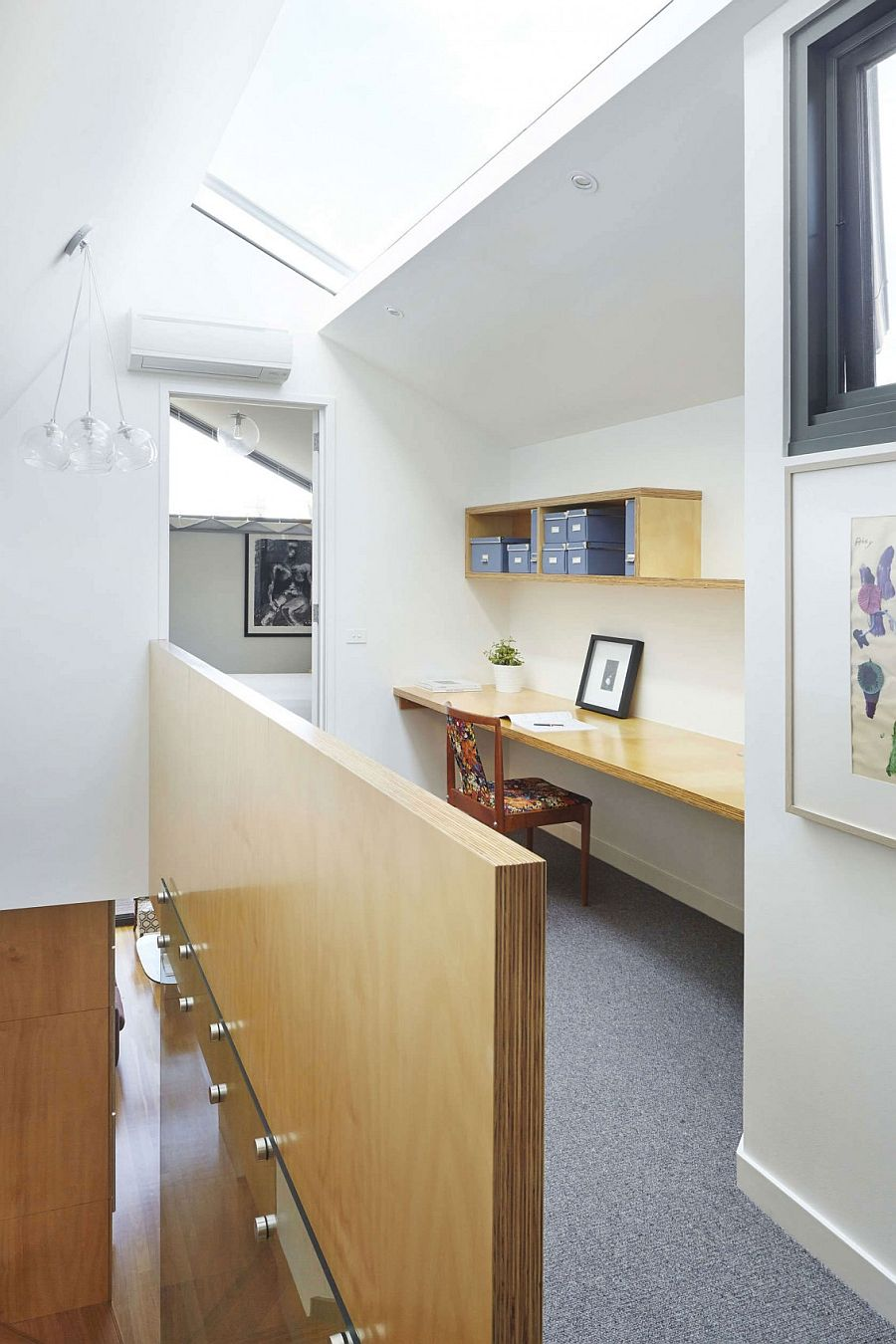 Space-saving home workspace design in the corridor