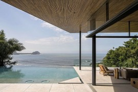 Overooking the Ocean: Scintillating Veranda Shapes Tranquil Family Retreat