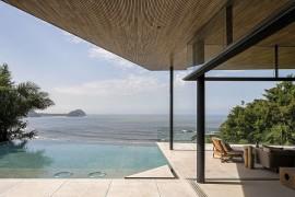 Overooking the Ocean: Scintillating Veranda Shapes Tranquil Family Retreat