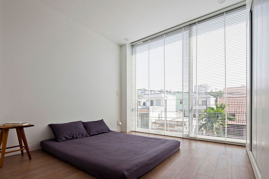 White is the coor of choice inside this minimal bedroom