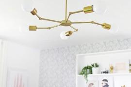 Brass chandelier in a bedroom makevoer