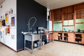 Dark accent wall for the modern kitchen
