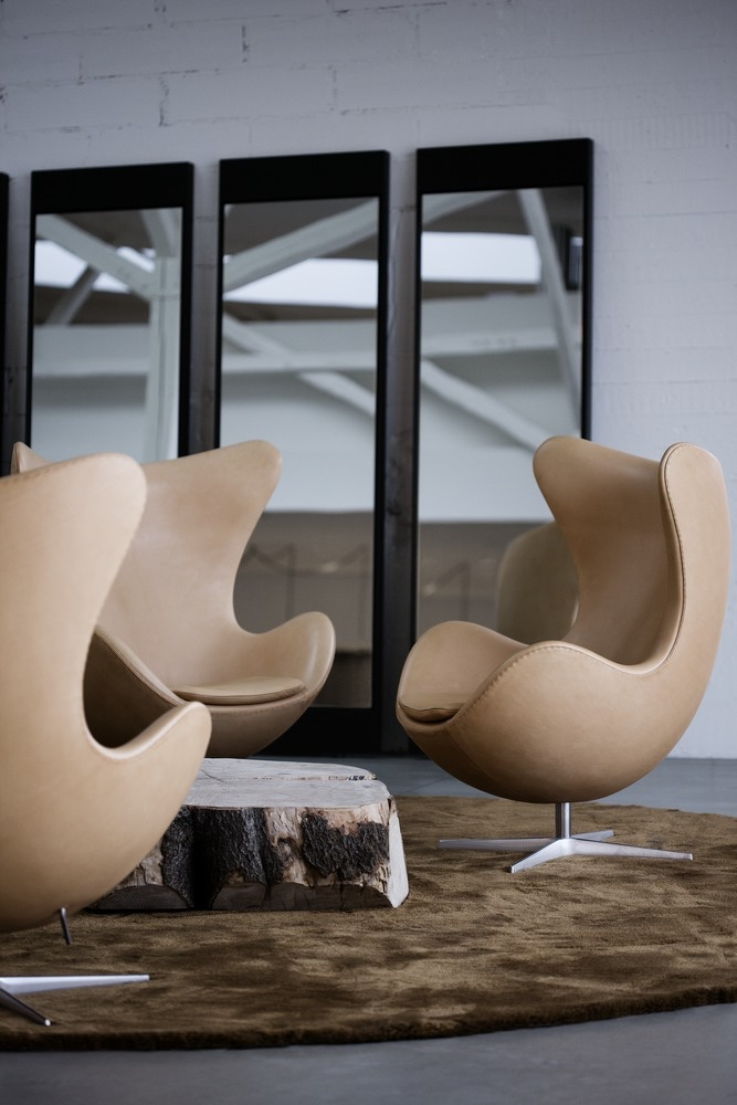 egg chairs in leather. Black Bedroom Furniture Sets. Home Design Ideas