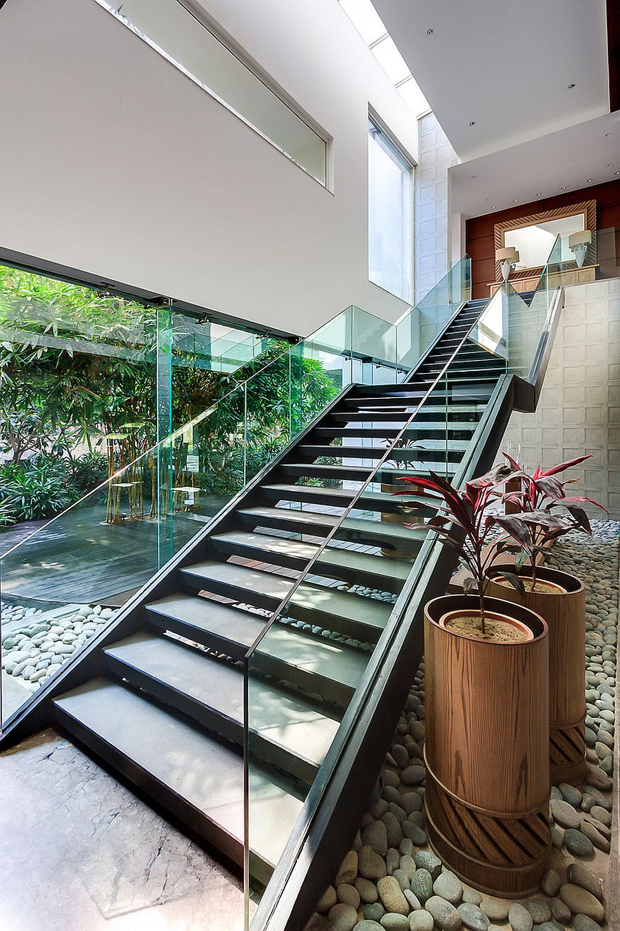 Fabulous indoor-outdoor inteplay shapes dashing contemporary stairs
