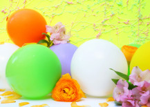 Floral and balloon decor from Mirror80 217x155 20 Colorful Easter DIY Projects