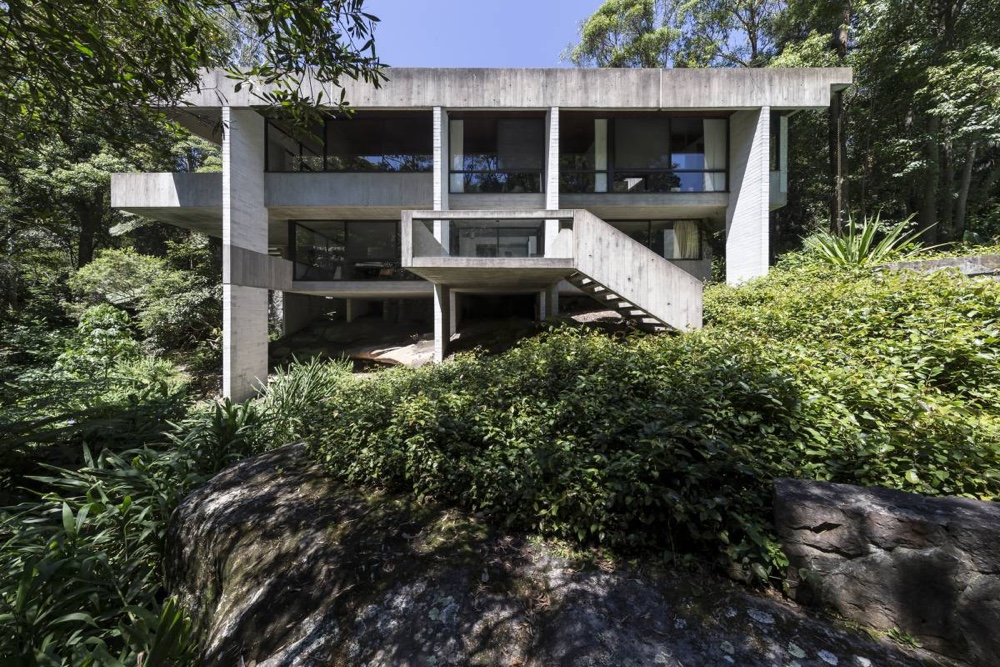 Exterior view of the Harry and Penelope Seidler house.