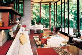 Midcentury flavor combined with Asian style for an inimitable sunroom with smart views