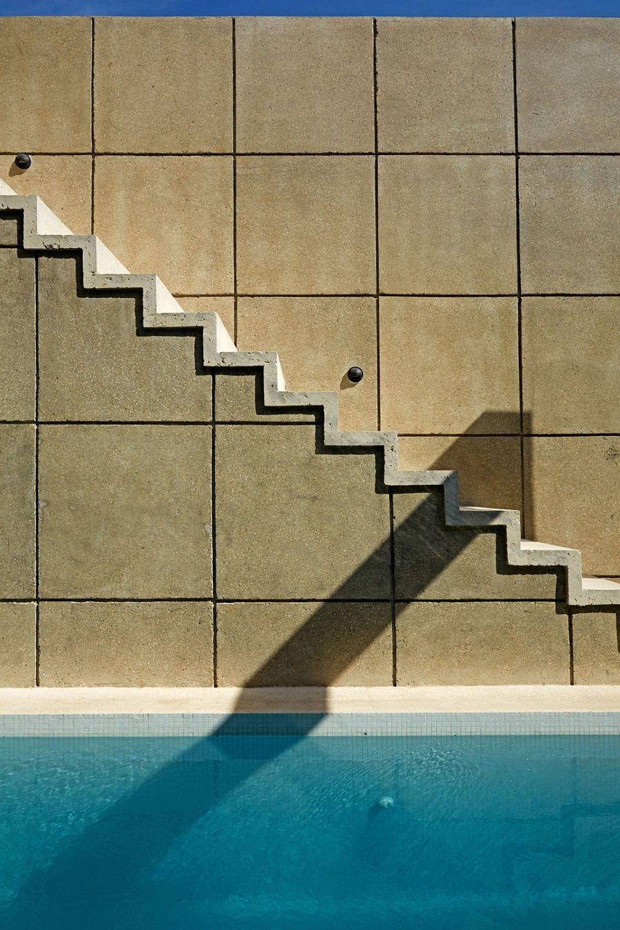 Minimal staircase design next to the concrete wall