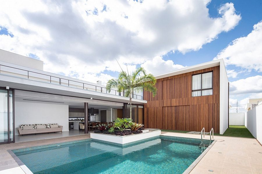 Pool area and private deck of Casa R&D between its two structures