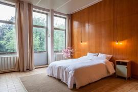 Relaxing master bedroom design with minimal bedside pendant lights