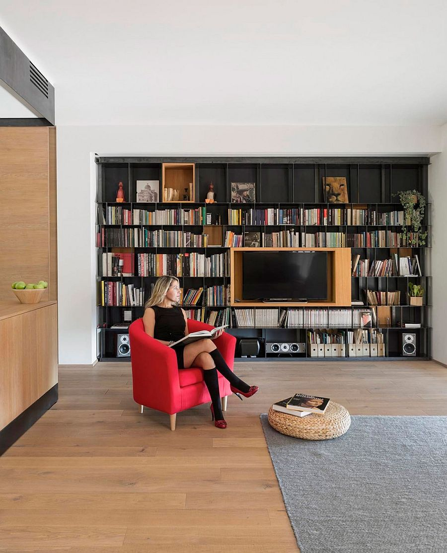 Smart design of the living room with minimal decor and a striking bookshelf