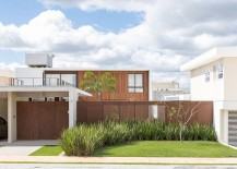 Use of multpile textures give the structure of the home a unique look 217x155 Dynamic Brazilian Residence Captivates with Moving Panels of Latticework